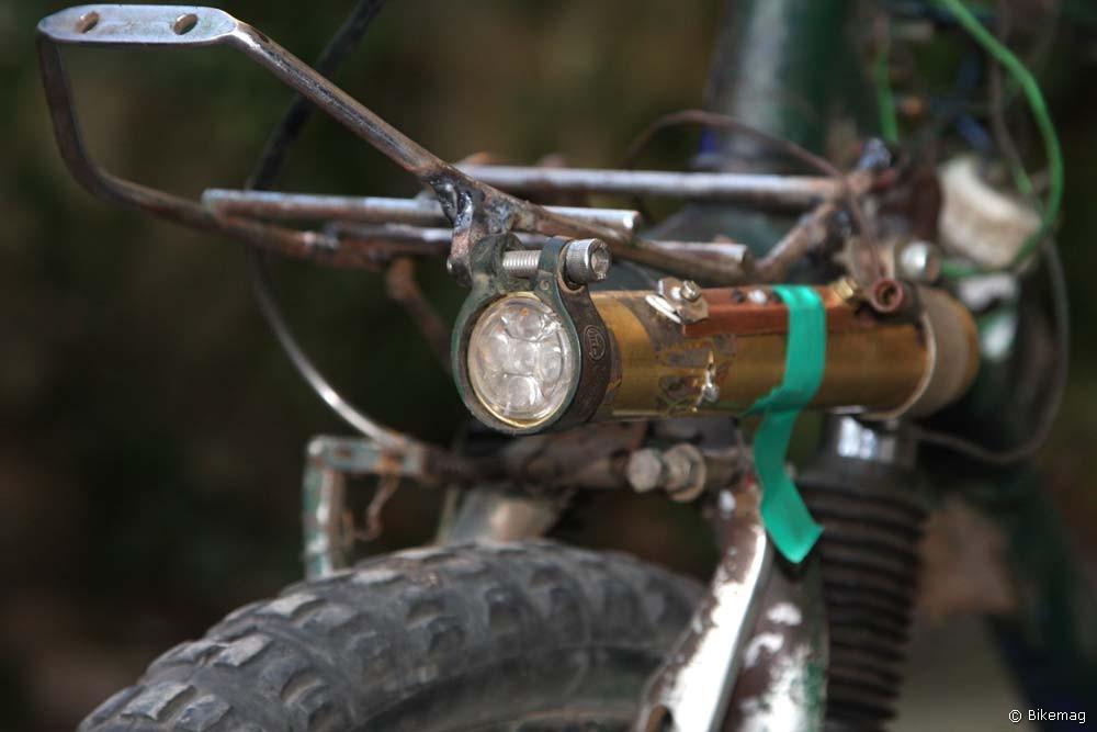 Leszerelhető akkumulátoros kézi lámpa, melyet menet közben a bicajra szerelt generátor tölt
