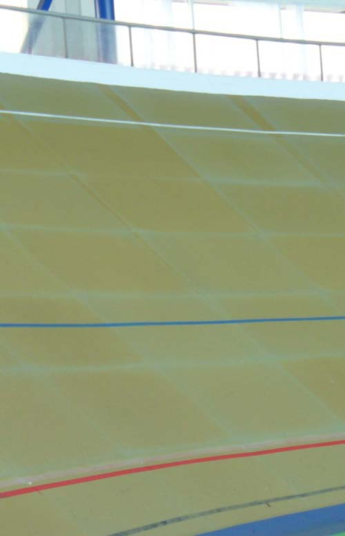 A pálya a megszokott fa lécburkolat helyett szintetikus borítású lapokból áll
