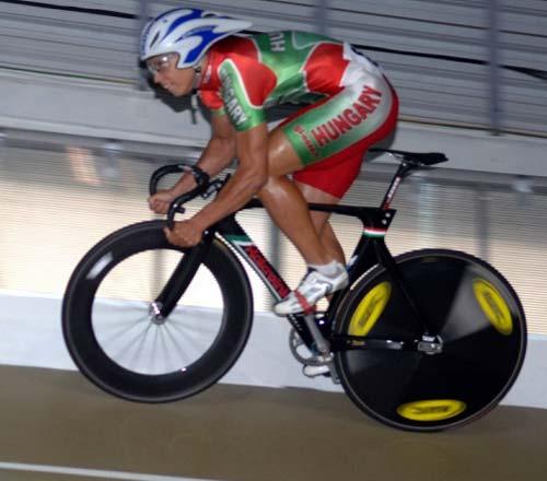 Szalontay Sándor nekilendül a 200 méteres kvalifikációnak – a végeredmény új magyar csúcs