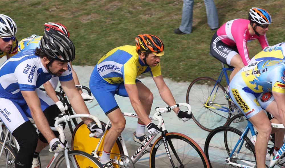 A mezőny az első forduló során is nemzetközi volt: három versenyző érkezett Ausztriából, közülük középen Georg Reinprecht, aki egy forduló után egyből a második helyre került az összetettben