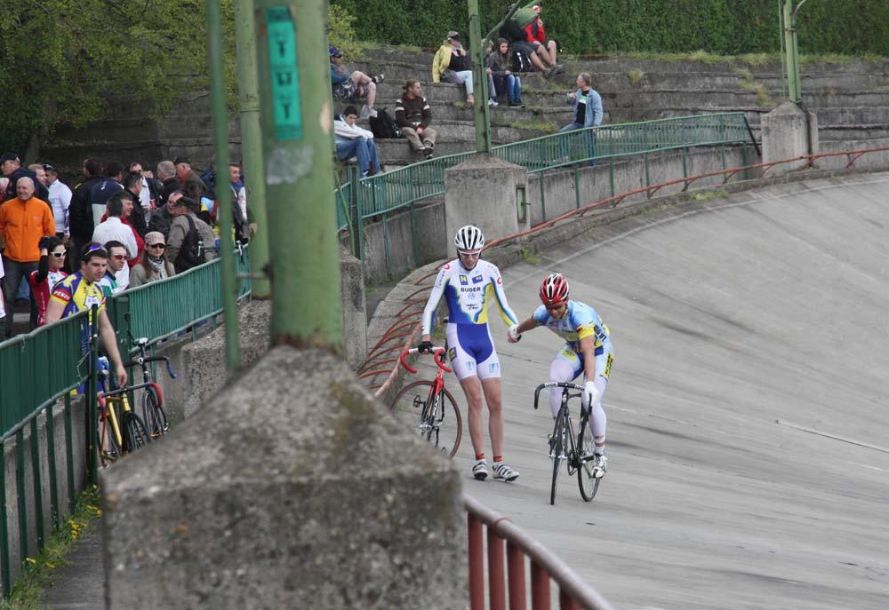 Szalontay Sándor (KSI SE - jobbra) nyerte a selejtező futamot, mellette Lawrence Grün (Niederösterreichische Radunion)