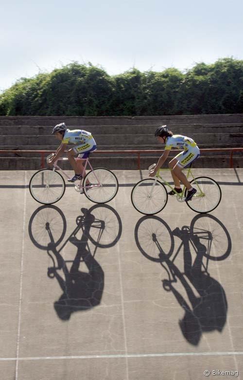 Haladó korcsoportos ifjak kóstolgatják egymást egy sprintfutam erejéig