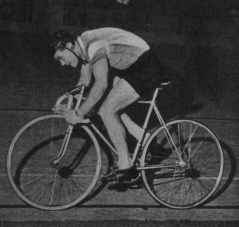 Bicskey Richárd az 1958-as pályabajnokságon. A korabeli sprinterek rövid gépekkel és igen mély kormányfogással versenyeztek (fotó: Hemző Károly, Képes Sport)