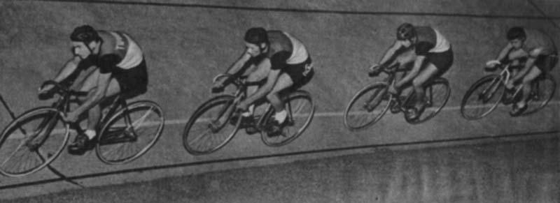 4000 méteres üldözőversenyben robog a Tipográfia négyese az 1958-as pályabajnokságon (fotó: Hemző Károly, Képes Sport)