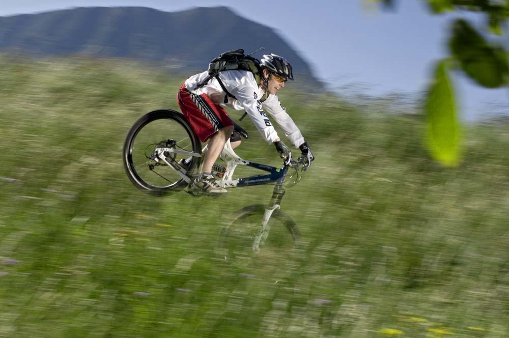 Nikon d2x, f 8, 1/80 s, 50 mm, ISO 100 - bringás: Livio Dematté, helyszín: Garda-tó - A kép a német Bike címlapjához készült, és Liviónak legalább tizenötször kellett megismételnie a trükköt, mire minden összejött
