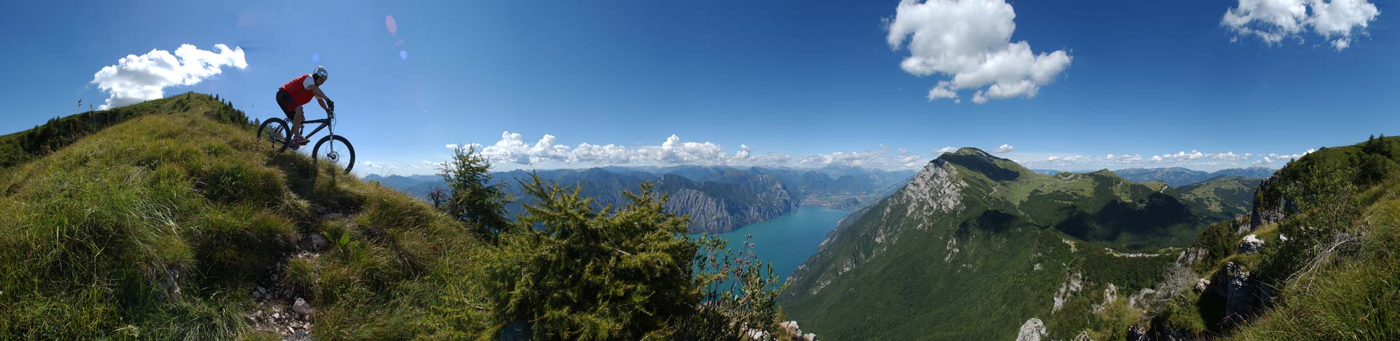 Nikon d1x, f 5.6, 1/800 s, 15 mm, 360 fokos panorámakép, amely 10 képből lett összemontírozva - bringás: Livio Dematté, helyszín: Garda-tó - Ez volt az egyik első kísérletem a panorámafotózás és akció egyesítésével. Hetekig vártunk a tökéletes időjárásra. A képen az egész Garda-tó menti bringás paradicsom látható