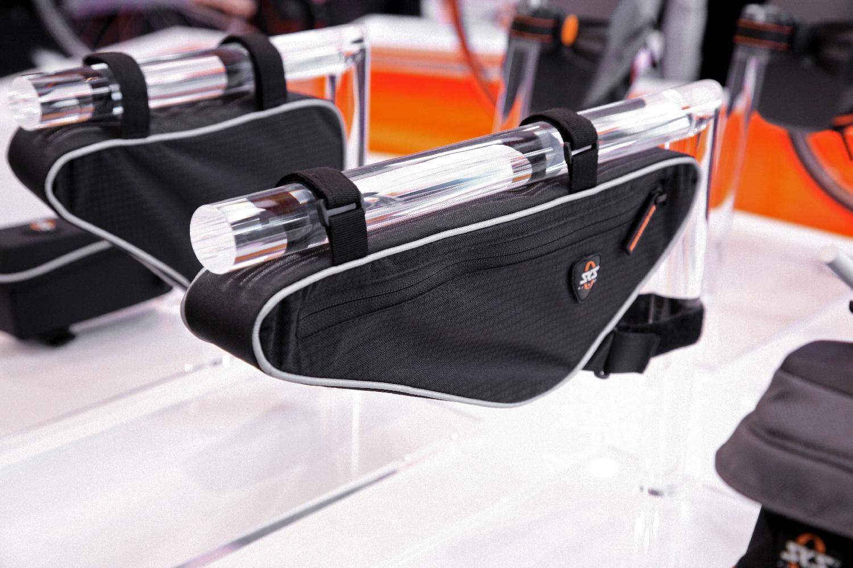 Front Triangle Bag a hosszú kialakítása kedvez a pumpák vagy egyéb, akár 30 cm-nél terjedelmesebb tárgyaknak...