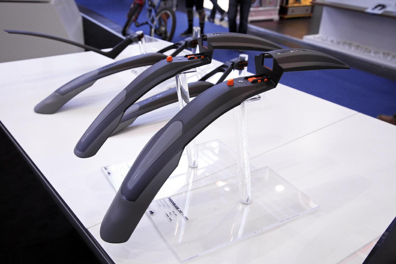 A Shockblade/X-Blade  könnyű, kétkomponensű, szinte törhetetlen műanyagból készül...
