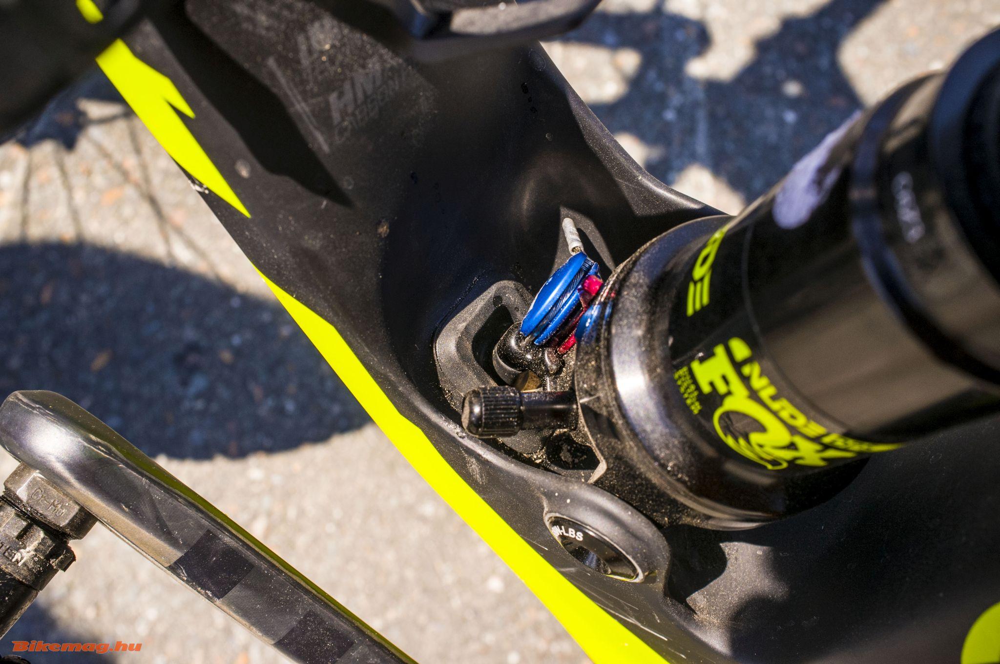 Scott Spark 900 RC World Cup - Trunnion mount és a lockout kábel csatlakozási pontja