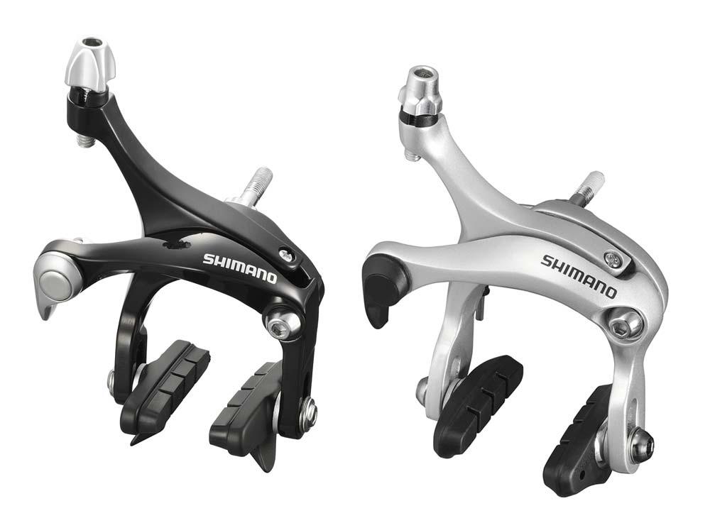 """Shimano 2011-2012: szérián kívüli Super SLR féktestek - balra a BR-R561 fekete változata, míg jobbra a hosszabb testtel rendelkező, így sárvédővel is kompatibilis BR-R451 ezüst színben. Jó hír, hogy immár az összes Shimano országúti féktest pofája szögben állítható. Nagyon okos, és nem is túl költséges fejlesztés ez. Érdekességként megemlíthető, hogy ez a """"fícsör"""" 2004-ben volt először elérhető, és akkor csupán a 7800-as Dura-Ace féktest tudta ezt, míg a konkurencia ugyanezt 1993 óta kínálja"""