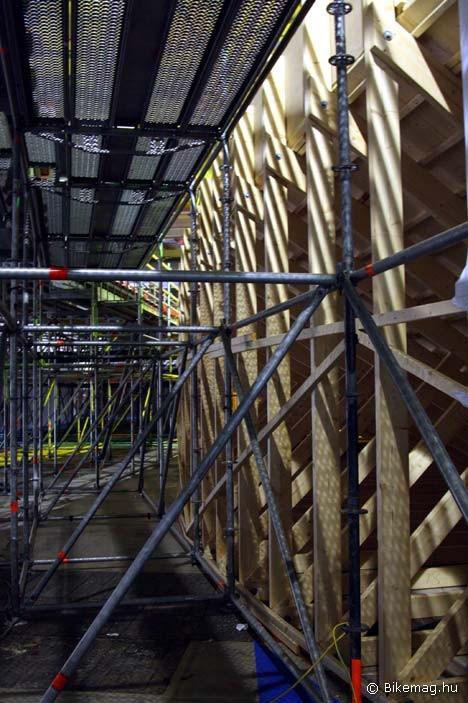 Pillantás a kulisszák alá: Így néz ki a pálya alulról. A pályatest fa ácsolaton nyugszik, a lelátók építési állványból készültek
