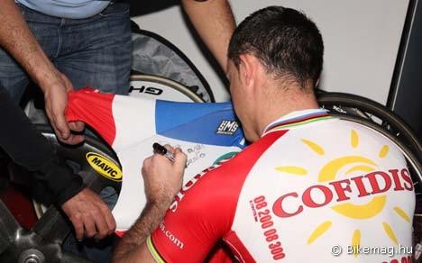"""""""Barátomnak, Robertónak"""" – Arnaud Tournant saját mezét dedikálja versenybéli ellenfelének"""