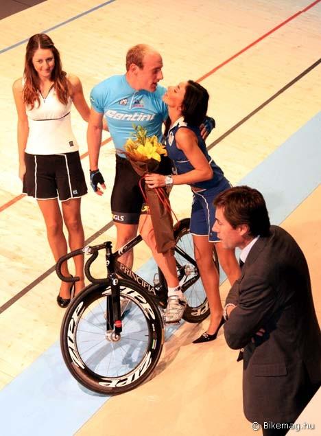 A győzelem mellé kellőképpen átszellemült csók is jár. A jelenethez Silvio Martinello versenyigazgató tartja a gyertyát