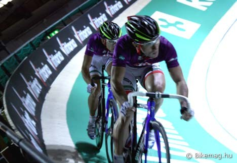 …a másik furcsaság pedig a páros sprint. A képen Fabio Masotti éppen felvezeti a sprintet Angelo Cicconénak, majd az utolsó kör előtt kitér balra, hátranyúl, és a párosversenyeknél megszokott módon berántja partnerét a sprintkörbe. Ebben a számban szinte mindig ők voltak a legjobbak