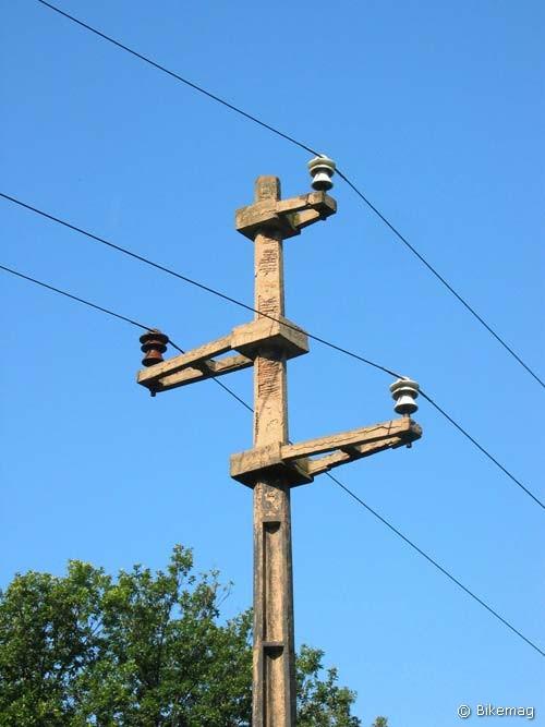 Útban Noszlop felé: villanyoszlop teljes egészében vasbetonból