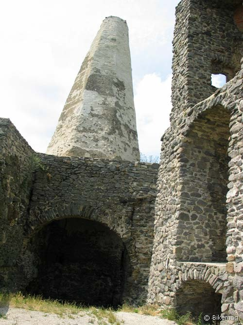 Bizarr látványt nyújt a vár egymagában álló kéménykürtője