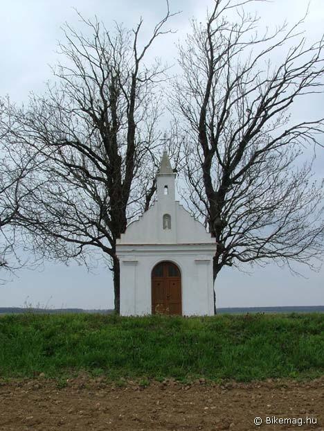 Nincs útszéli kereszt vagy kápolna két fa nélkül