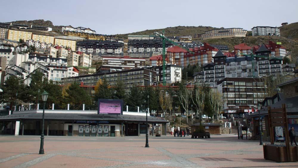 Pradollano főtere. A legalsó és a legfelső szálloda közt több mint 400 méter szintkülönbség van