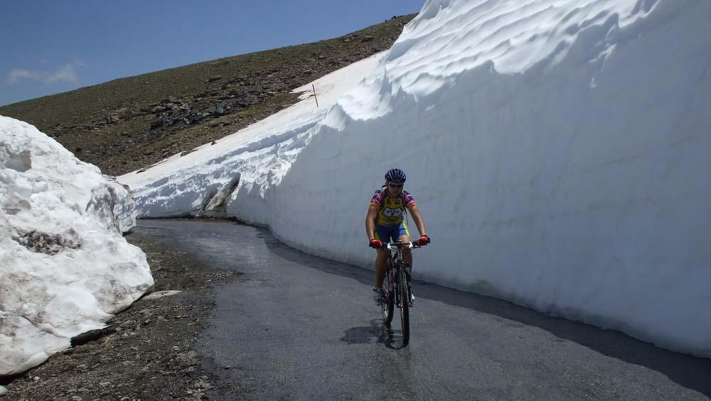 Méteres hófalak közt haladtunk az utolsó kilométereken