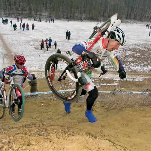 Nem titkolt szándék a szlovák versenyzők figyelmének felkeltése sem, így a sorozat csupán egyetlen állomása ütközik északi szomszédaink által rendezett eseménnyel. A képen Tisza Zoltán mögött Matej Medved Salgótarjánban, 2009. január 4-én