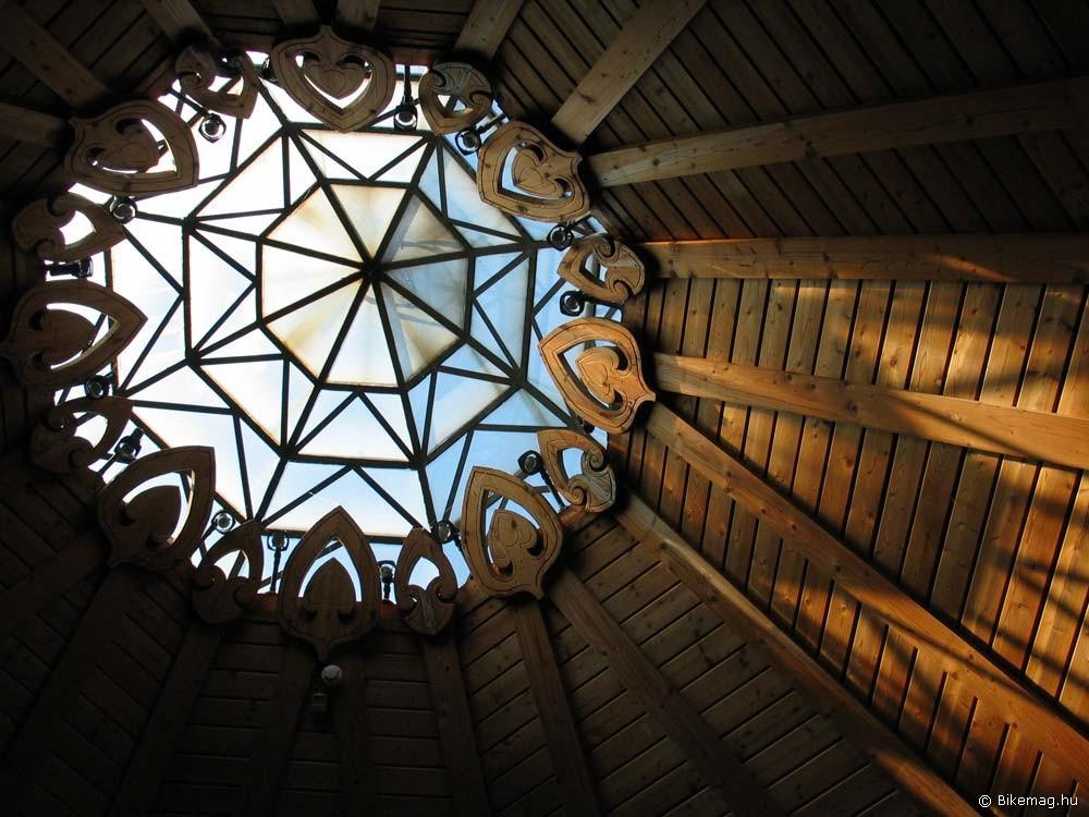 Az emlékpark épületeinek egy részét Csete György, a hazai organikus építészet egyik meghatározó figurája jegyzi