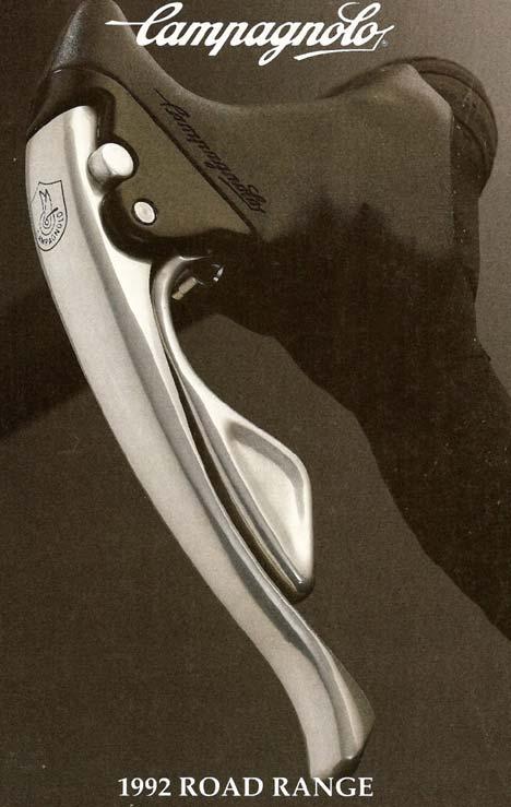 Az első Campa fékváltókar még kompatibilis volt a Shimano 7-es sorokkal, azaz elvileg Shimano rendszerű kerekekkel is használható volt