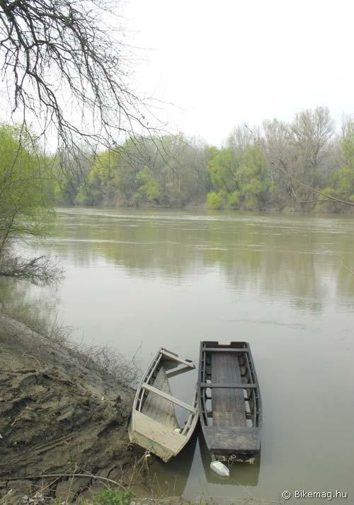 A Tisza Tiszasülynél árad, lejjebb apad, hajóvonták találkozása tilos…