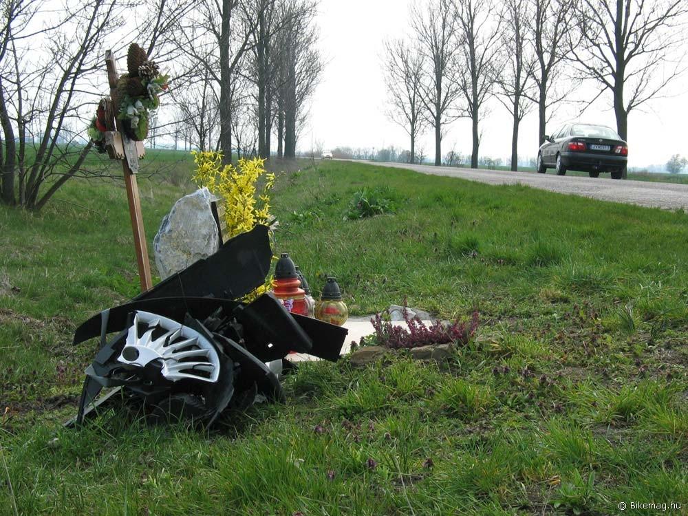 Különös síremlék Besenyszög után: a szerencsétlenül járt sofőr járművének megtört alkatrészeiből kompozíciót építettek a hozzátartozók