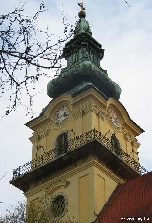 A templomtorony az Alföldön tűztoronyként is funkcionált. A kerengőről bizonyára messzire ellátni a szolnoki Szentháromság római katolikus templom tornyából