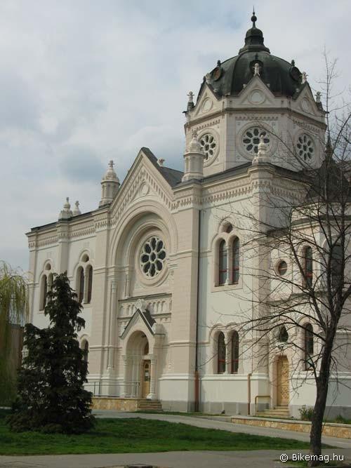 A szolnoki zsinagóga 1898-99-ben épült Baumhorn Lipót tervei alapján