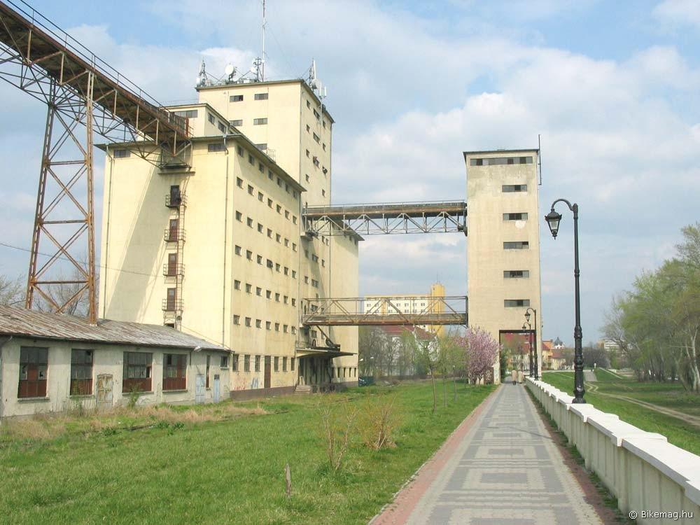 Némi ipari beütéssel – korzó a szolnoki Tisza-parton