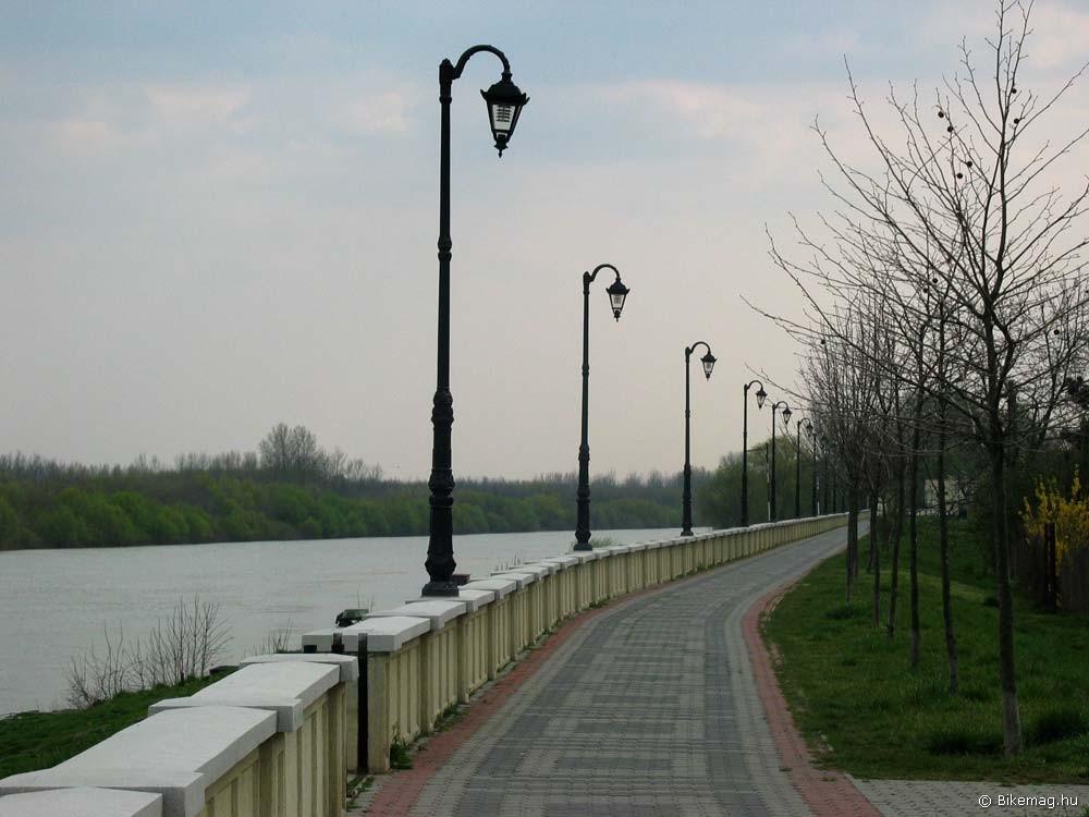 Korzó még mindig a szolnoki Tisza-parton…