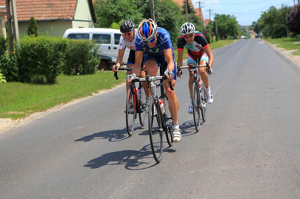 """Molnár, Pelikán és Csomor maradt elöl, ahogy Pelikán fogalmazott: """"az utolsó 15 kilin új értelmet nyert a nyélen menés fogalma"""". A junior korú bringás egyébként a tegnapi Crosskovácsi-középtáv megnyerése után versenyzett a Tour de Gyömrőn."""