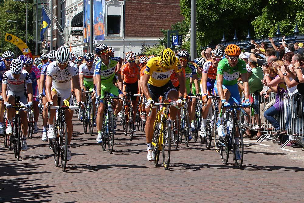 Fabian Cancellara sárgában, David Millar zöldben és Tony Martin fehér trikóban a mezőny elején
