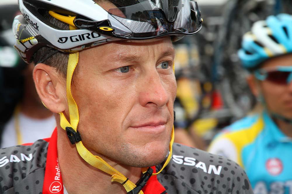 Lance Armstrong állja a fotósok támadását