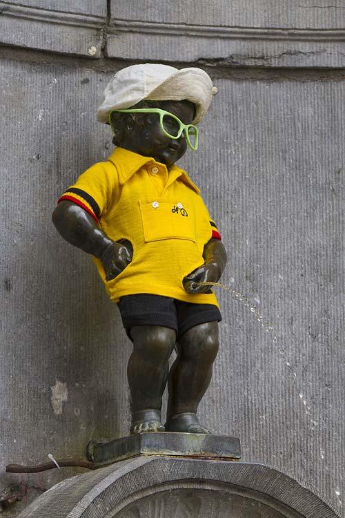 A pisilő kisfiú (Manneken Pis) alkalomhoz illő öltözetben