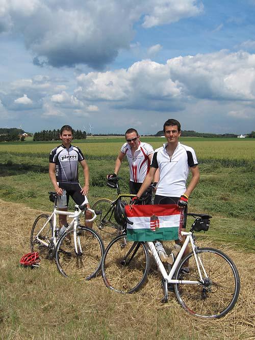 Két belga és a szerző magyar zászlóval