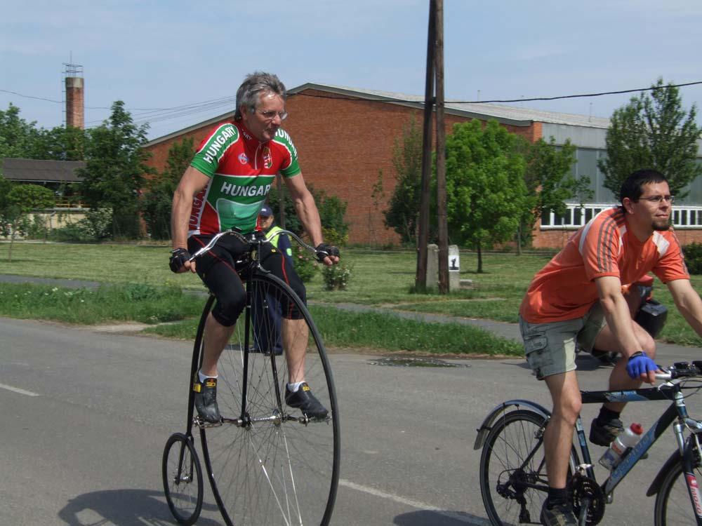 Halápi Sándor velocipéd világbajnok a mezőnyben