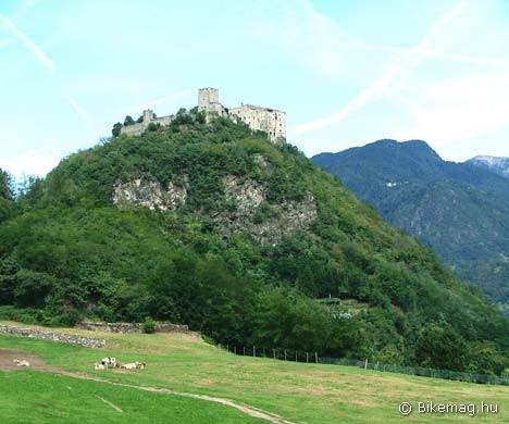 A környék várakból igen jól ellátott – ez éppen a perginei…