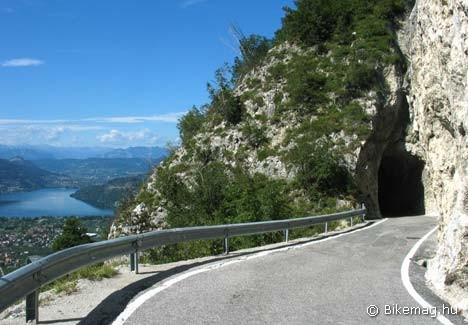 Minialagút háttérben a Lago di Caldonazzóval