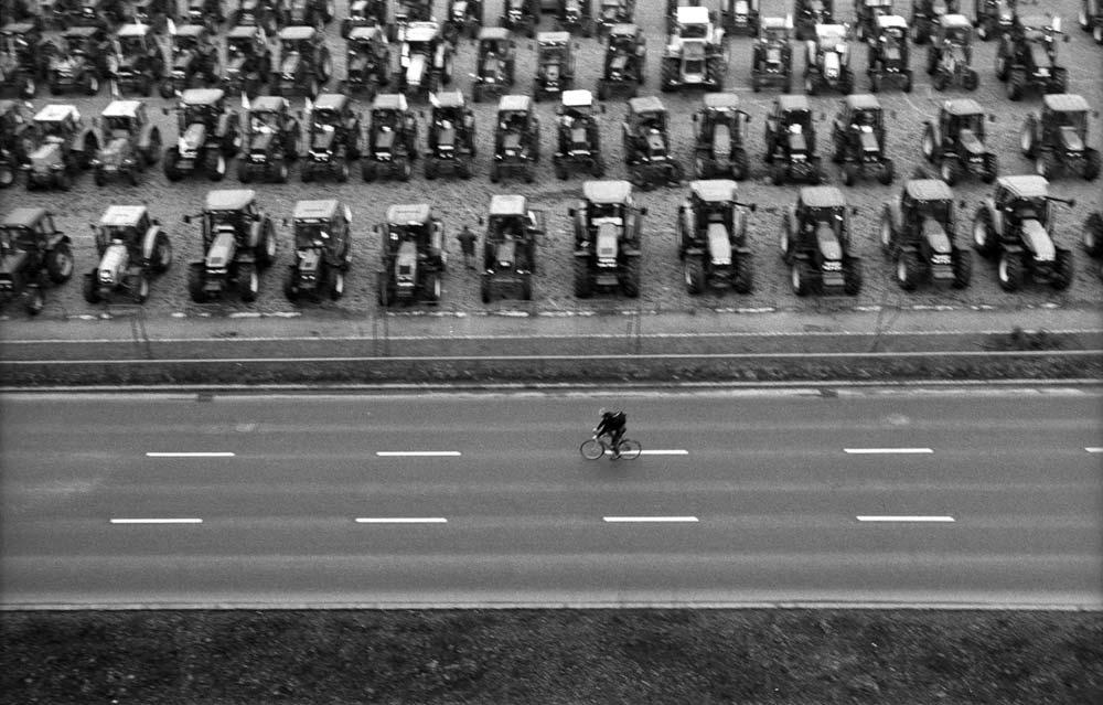 Kerékpáros futár a Dózsa György úton – Canon EOS 50E, 100 mm, 1/60s, f/4, ISO 400 push +1