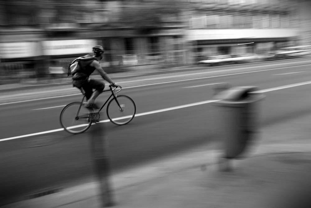 Futár munka közben a Szent István körúton – Canon EOS 10D, 17 mm, 1/15s, f/6.3, ISO 100