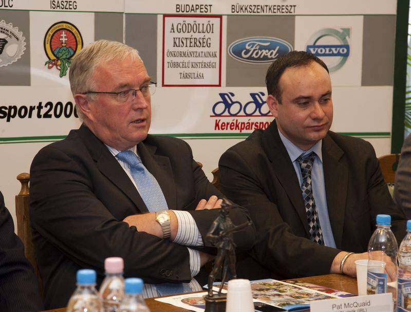 Balról Pat McQuaid UCI elnök, jobbról Törzsök Zsolt MKSZSZ elnök
