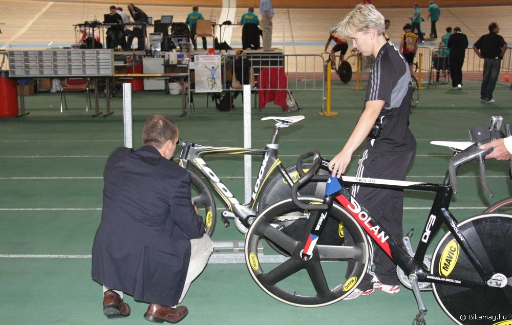 UCI bíró kerékpárt ellenőriz sablon segítségével