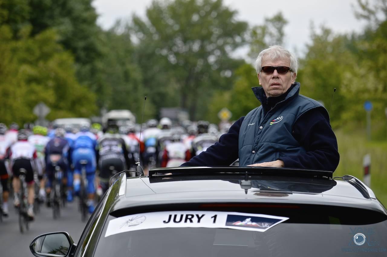 Az Europe Tour versenyek tartozéka: a szigorú UCI-bíró