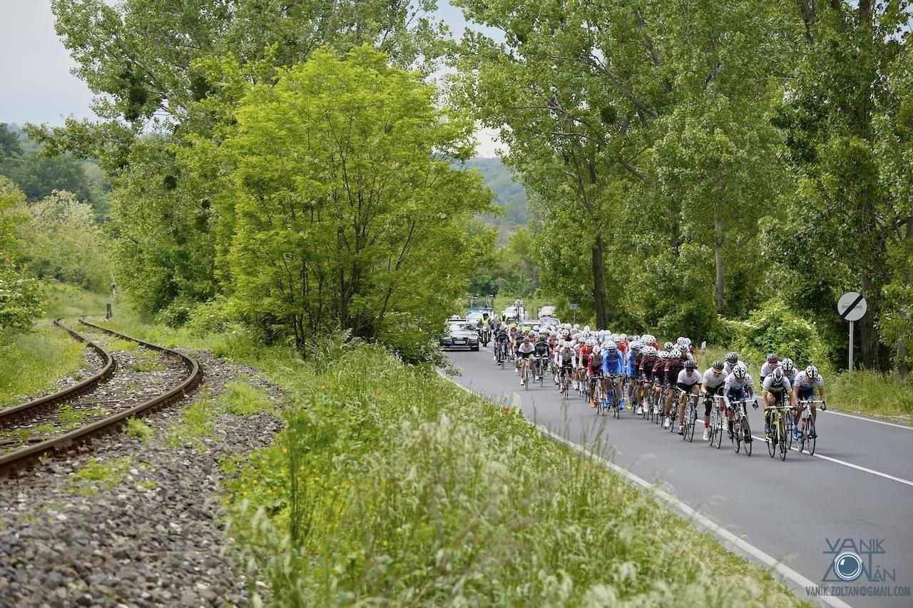 A verseny első felében a útvonalon sík terepen kanyargott a mezőny.