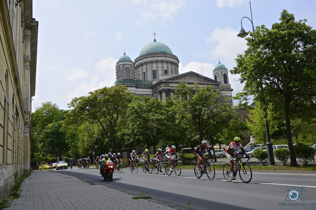 A Visegrádi Négyek mezője jellemző magyar háttér, az Esztergomi Bazilika előtt