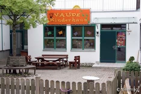 Mint 50 éve nálunk, a fonógyárban. Míg apu vagy anyu robotol, addig a Vaude gyerekek a Vaude oviban töltik az időt. Ezzel mindenki jól jár