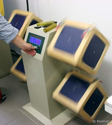 Van, aki ilyen gépet is gyárt, és megél belőle. LCD kijelzős, kockákat forgató koptatógép. Belehelyezik a koptatóhengereket és a szövetet mellé, aztán hadd forogjon