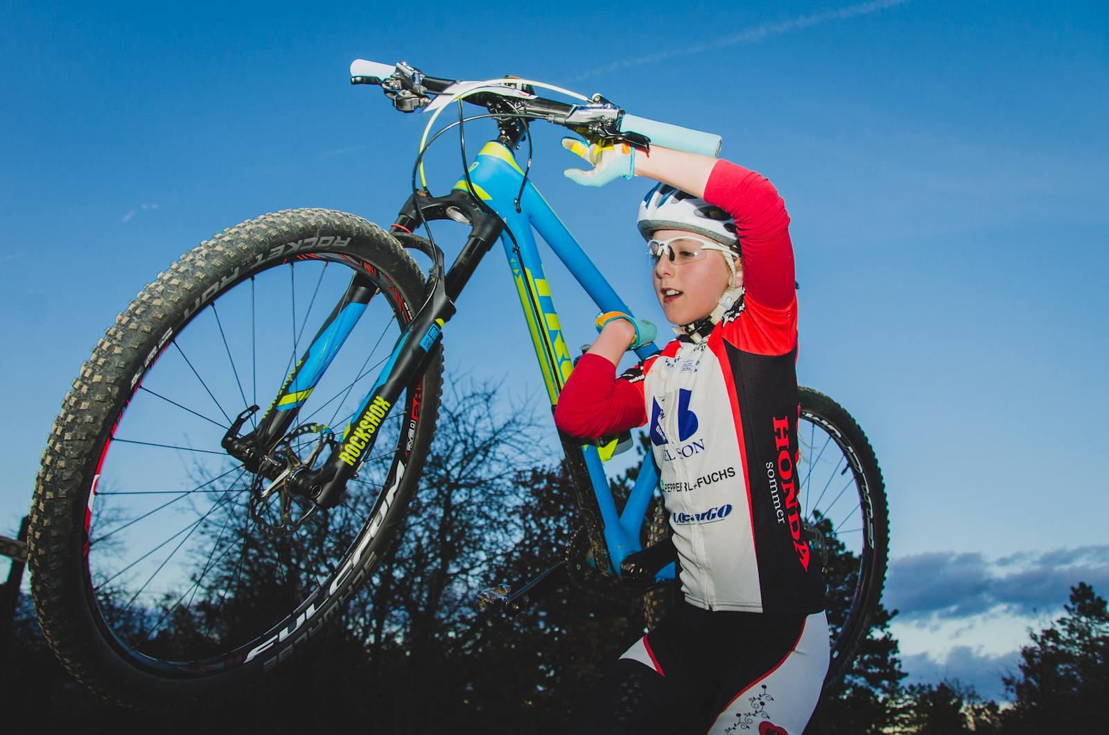 Mountain bike-kal is indulhattak a szakággal ismerkedők